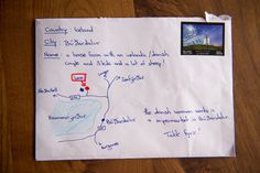 Kennen Sie das? Sie wollen eine Karte oder einen Brief verschicken, aber die genaue Adresse fällt Ihnen einfach nicht mehr ein? Ein Urlauber, der in Island eine Familie kennenlernte, welcher er von zuhaus aus einen Brief schicken wollte, kam in eine ähnliche Situation. Er wusste die Adresse einfach nicht mehr. Seine Lösung war so einfach wie genial: er malte einfach eine Karte mit verschiedenen Hinweisen auf den Briefumschlag! Und tatsächlich konnte dieser kurios bemalte Brief zugestellt…