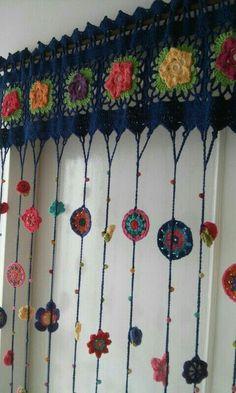 Charming crocheted window topper -- Cortinas Crochet Hasta M X Hasta Art Au Crochet, Love Crochet, Crochet Granny, Crochet Flowers, Crochet Stitches, Knit Crochet, Crochet Patterns, Crochet Ideas, Irish Crochet