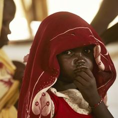 Ontheemd in Zuid-Soedan  ,,Papa, wanneer gaan we weer naar huis?'', vraagt de kleine Martha aan haar vader. Vierhonderdduizend mensen hebben hun bivak opgeslagen op de uitgedroogde vlakte in Maban, in het noordoosten van Zuid-Soedan vlakbij de grens met Soedan.Ze vluchtten ooit voor de burgeroorlog, en keren nu terug naar hun geboortegrond, met hun huisraad en hun vee. Deze troosteloze wildernis is Martha's nieuwe 'thuis'.