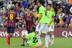 El delantero argentino del FC Barcelona Lionel Messi celebra con su compañero Andrés Iniesta, el gol que ha marcado al Osasuna, el cuarto