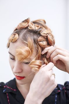 Vintage Hairstyles This Easy DIY Proves Anyone Can Do Pin Curls Like a Pro - Once dry, pull out all the pins. Bobby Pin Curls, Pin Curls Short Hair, Pin Curl Hair, How To Curl Short Hair, Bobby Pins, How To Pin Curls, Pin Up Curls, Easy Curls, Curly Hair