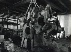 """Michel ANASSE. """"Les télluriques"""" sculpture sur bois, atelier de la Frache 1978. © Photos AAA - Archives Atelier ANASSE"""