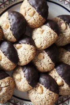 Tre enkla ingredienser gör denna kaka fantastiskt god! Nötkakorna kan trillas till runda bollar eller spritsas ut till vackra nötrosor och doppas sedan i choklad.
