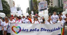 """Mães protestam da 19ª edição da Parada Gay de São Paulo, que acontece neste domingo, na avenida Paulista, região central de São Paulo. O tema deste ano é """"Eu nasci assim, eu cresci assim, vou ser sempre assim: respeitem-me!"""""""