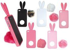 COVER iPHONE4 CONIGLIO CON CODA IN 5 VERSIONI. Cover phone4 in silicone, sulla parte superiore orecchie a forma di coniglio, mentre sul retro codino a pon-pon in peluche a ventosa per tenere il telefono inclinato sul tavolo. disponibile in 5 varianti di colore.