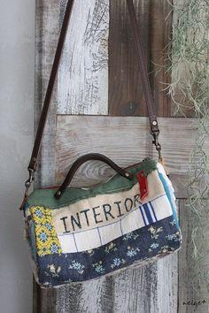 はぎれで作る布小物。1つ目の作品ができました♪小さいけど働き者の丸マチボストン ^^大好きなハギレと布耳を活用しながら少しずつ布合わせ表面と裏面と。。。ど... Patchwork Patterns, Patchwork Bags, Quilted Bag, Craft Bags, Boston Bag, Beautiful Handbags, Handmade Bags, Fashion Bags, Purses And Bags