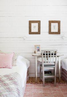 Nina rakastaa tekstiilejä ja vanhoja kuluneita kalusteita. Vierashuoneen pöydän ja tuolin hän on ostanut antiikkiliikkeestä.