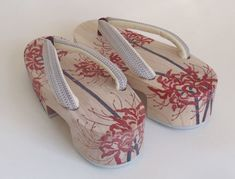 These are chic type of Japanese geta. Sometimes referred to as pokkuri geta. They are known for the sound they make one walking. Japanese Costume, Japanese Kimono, Japanese Outfits, Japanese Fashion, Geisha, Modern Kimono, Summer Kimono, Wooden Clogs, Fancy Shoes