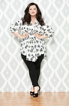 Melissa McCarthy prooves to us that we can look glamorous in any outfit. She combined a pair of black pants with a loose shirt with heart print. The sexy black peep toe heels complete perfectly the outfit of a working… Continue Reading →