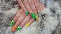 Ongles d'été mixte coffin et stiletto avec bijoux effectués par Ongles et Esthétique Julie Blanchette à Charlesbourg.