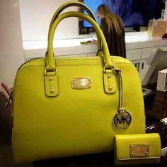 Sade modellerine rağmen dikkat çekici renklere sahip olan çantalar...
