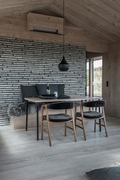 A contemporary weekend home in Skagen, Denmark with a modern rustic interior. Modern Cabin Interior, Modern Rustic Interiors, Interior Ideas, Modern Bunk Beds, Cool Bunk Beds, Skagen, Rue Verte, Grey Wood Floors, Wood Flooring