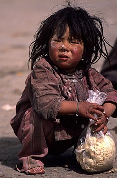Niño del mundo de la pobreza.