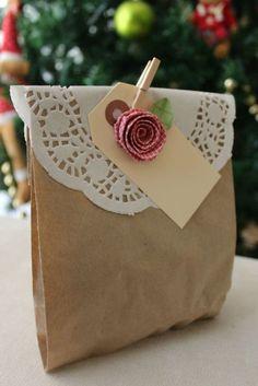 No te pierdas estas sencillas y encantadoras bolsas de papel decoradas con blondas, son económicas y quedan perfectas para ofrecer en una fiesta. Los materiales son muy fácil de conseguir ya que existe una gran variedad de bolsas de papel en diferentes colores y tamaños, así como blondas. Si deseas decorar tus bolsas con blondas …