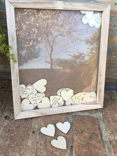 Κάδρο ευχών με σχισμή στο επάνω μέρος για να ρίχνουν τις καρδιές γραμμένες με ευχές. Στηρίζετε ως κορνίζα και ανοίγει στο πίσω μέρος Περιλαμβάνονται 50 ξύλινες φυσικές ευχές. #weddingday #wedding #oneiremenesstigmes