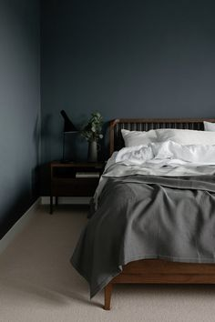 minimal bedroom We typically associate minimalism with white interiors, but these dark minimalist bedrooms use dark paint to achieve their dreamy aesthetic. Dark Gray Bedroom, Grey Room, Dark Bedrooms, Dark Bedroom Walls, Gray Walls, White Walls, Bedroom Minimalist, Minimal Bedroom, Minimalist Apartment