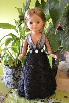 Esta semana ha salido la 4 entrega de los vestidos de grandes diseñadores para Nancy colección. Es el modelo de Ion Fiz. En un principio... Girls Dresses, Flower Girl Dresses, Dress Girl, Girl Dolls, Dress Patterns, American Girl, Doll Clothes, Barbie, Glamour