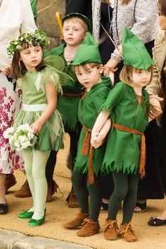 Their pages and young bridesmaids wore woodland themed costumes as mini-Robin Hoods and fairies in green. Carnaval Costume, Elf Costume, Purim Costumes, Halloween Costumes For Kids, Robin Hood Kostüm, Disfraz Peter Pan, Lost Boys Costume, Cute Kids Photography, Halloween Disfraces