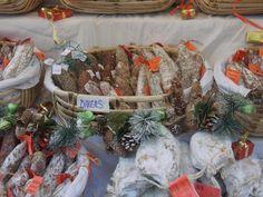 Au marché de Noël de Chinon, les artisans proposent des produits du terroir tourangeau. Les Artisans, Table Decorations, Furniture, Home Decor, Homemade Home Decor, Home Furnishings, Interior Design, Home Interiors, Decoration Home