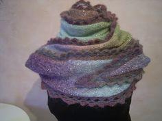 gestrickter Schal mit Glitzereffekt und Häkelborte