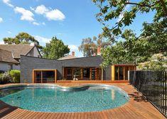piscine extérieur en forme de rein, avec plage ne bois composite