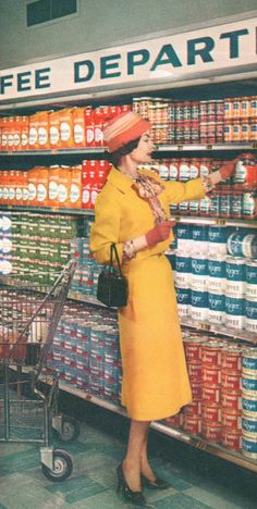 I always [never] look like this when I'm grocery shopping. A stylishly attired woman shops for coffee at a Kroger supermarket, Images Vintage, Photo Vintage, Look Vintage, Vintage Ads, Vintage Food, Vintage Market, Vintage Glamour, Vintage Photographs, Vintage Outfits