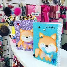 Caderno raposa peça e molde disponível na minha lojinha virtual no Elo7 Foam Crafts, Diy And Crafts, Art N Craft, Cute Plush, Classroom Decor, Handicraft, Origami, Alice, Kawaii