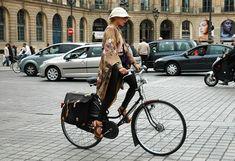Catherine Baba llega al desfile en Paris.