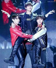 why is this so cute when you see jungkook and hoseok fight for taehyung so it becomes a threesome --- {} qotp; vkook or vhope? Seokjin, Namjoon, Kim Taehyung, Hoseok Bts, V E Jhope, Jungkook Jimin, Bts Bangtan Boy, Foto Bts, Yoonmin