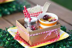 Kit com salada de frutas, sanduiche natural e suquinho na festa picnic. Tudo bem saudável pra criançada fazer a festa!