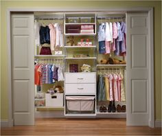 Para ajudar sua filha a escolher que roupas quer usar, deixe-as expostas de uma forma que ela possa ver as opções que tem.   Caixas organizadoras de tecido, papel e plástico são ótimas para depositar os apetrechos menores e dar um ar mais clean ao guarda-roupas.