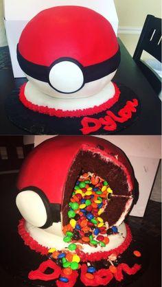 eine rote große poemon torte mit M&Mbunten pralinen sie sieht wie ein pokeball aus