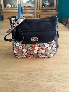 Sac Polka en simili noir et coton fleuri cousu par Cadine - Patron Sacôtin Messenger Bag, Diaper Bag, Satchel, Bags, Sewing, Floral, Black People, Handbags, Diaper Bags