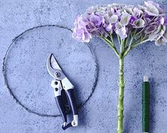 Den Rohling für den Kranz binden Sie selber - das geht ganz schnell und unkompliziert. Aus Draht formen Sie zunächst eine runde Kranzform und umwickeln diese... Pruning Shears, Garden Tools, Wire, Wreaths, Floral, Inspiration, Garden Design, Swimming, Design Ideas