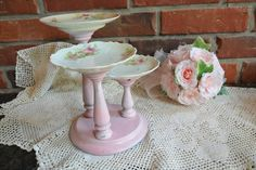 I could see pretty pink pillar candles with on this. Craft Booth Displays, Store Displays, Display Ideas, Home Crafts, Arts And Crafts, Diy Crafts, Cupcake Display, Plate Display, Shabby