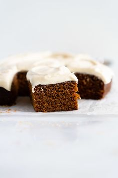 Gingerbread Sheet Cake with Maple Cream Cheese Frosting - a warming spiced cake, topped with a silky, maple, ream cheese frosting. A super simple yet delicious cake, perfect for feeding a crowd or for a quick holiday pick me up. Canned Frosting, Frosting Recipes, Cream Cheese Frosting, Dessert Recipes, Soup Recipes, Kale Recipes, Roast Recipes, Noodle Recipes, Fudge Recipes