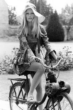 Brigitte Bardot, le style mythique d'une icône. Le chapeau de paille: Pour se protéger du soleil de Saint-Tropez, Brigitte Bardot enchaîne les couvre-chefs champêtres (canotier, capeline à ruban...).