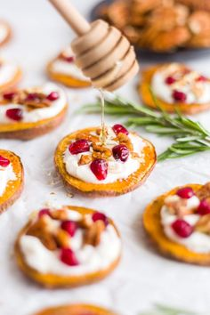 This is the perfect healthy appetizer! These sweet potato bites are roasted in the oven and topped with a honey goat cheese, pomegranates and pecans. They're sweet and savory and season with rosemary and cinnamon. Sweet Potatoe Bites, Potato Bites, Healthy Appetizers, Appetizer Recipes, Party Appetizers, Appetizer Dips, Party Snacks, Peach Syrup, Bite Size Food