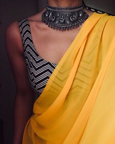 Looking to shop sarees online? Check out these amazing Indian websites that have everything from heavy bridal sarees to regular everyday affordable sarees. Sari Blouse Designs, Fancy Blouse Designs, Saree Blouse Patterns, Saree Wearing Styles, Saree Styles, Trendy Sarees, Stylish Sarees, Indian Dresses, Indian Outfits
