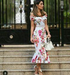 Vintage floral dress, off shoulder, fishtail, with white handbag, do you like it? Elegant Dresses, Pretty Dresses, Beautiful Dresses, Casual Dresses, Short Dresses, Fashion Dresses, Summer Dresses, Trend Fashion, Floral Fashion