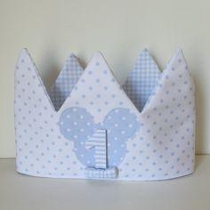 Corona aniversario o cumpleaños para niño. Incluye 3 números a escojer. Confeccionada en tela de piqué por dentro y por fuera. Con velcro en la parte trasera para ajustar a la cabeza de los peques....