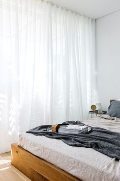 Gardiner från tak till golv! Dessa skira linnegardiner faller vackert från tak till golv med hjälp av en takfäst gardinskena. För att uppnå ett liknande uttryck rekommenderar vi våra skira linnegardiner, för att se samtliga bilder besök oss på www.gotain.com - Vi gör det enkelt att beställa skräddarsydda gardiner! Bildkälla: C&M Interior #gardiner #sovrum #linnegardiner