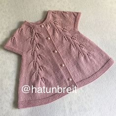 This Charming Cap-Sleeved, Swingy Cardig - Diy Crafts - Qoster Knit Baby Dress, Knitted Baby Cardigan, Knit Baby Sweaters, Baby Pullover, Cardigan Pattern, Diy Crafts Knitting, Knitting For Kids, Baby Knitting Patterns, Knitting Designs