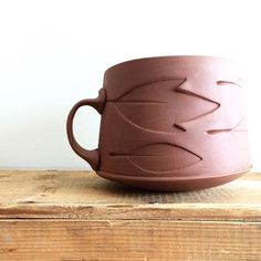 The simple carvings in this design really gives it visually effective without making it too detailed click now for more info. Ceramic Techniques, Pottery Techniques, Pottery Mugs, Ceramic Pottery, Clay Cup, Ceramics Projects, Clay Projects, Clay Texture, Pottery Designs