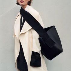 Céline – – Frauen Taschen – Join the world of pin Look Fashion, Fashion Bags, Fashion Design, Fashion Trends, Net Fashion, Fall Fashion, Celine, Phoebe Philo, Inspiration Mode
