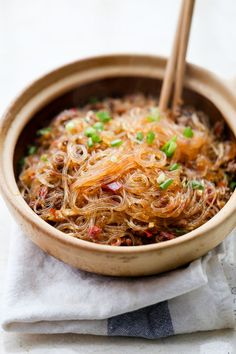 17 Insanely Delicious Stir-Fry Noodles That'll Take 15 Minutes, glass noodles aka saifun. Fried Rice Noodles, Stir Fry Noodles, Korean Noodles, Sesame Noodles, Clear Noodles, Spicy Asian Noodles, Zuchinni Noodles, Pad Thai Noodles, Eating Clean