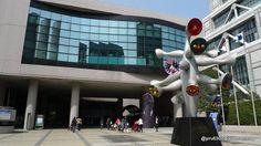 """【東京魅力】兒童城  兒童城是1979年為紀念國際兒童節而建的大型綜合兒童中心。正面放置著岡本太郎的作品""""兒童樹"""",是兒童城的標誌紀念碑。館內除體育室、遊戲大廳、造形工作室、音樂門廳、錄影資料館、電腦室等設施之外,還準備了手工製作、電腦培訓教室、樂器演奏、音樂會、游泳培訓教室等既可以兒童自己參加,也可以大人孩子一起參加的各種""""遊戲""""項目。  同時,除遊戲場所以外,還有青山劇場和青山圓形劇場共2個劇場,同時設有少兒保健診所,為支援孩子們的文化生活和福利提供各種服務。  資料來源:http://www.japan-i.jp/cht/index.html"""