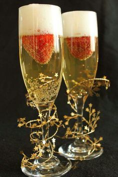 Sparkling Jello Delight 1 tablespoon unflavored gelatin 2 cups cold white grape juice, divided 2 tablespoons sugar 2 cups sparkling cider 8 fresh strawberries, with top sliced off. Delicious New Years Eve drink that will make your party sparkle! Nye Party, Party Time, Party Drinks, Party Favors, 50th Party, Noel Christmas, Christmas And New Year, Jello Recipes, New Year Celebration
