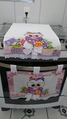 kit fogão coruja com laço Plastic Bag Holders, Sewing Projects, Diy Projects, Bathroom Organisation, Mothers Day Crafts, Mug Rugs, Fabric Painting, Art For Kids, Diy And Crafts