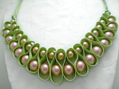 Light green ribbon looped pearl necklace. por AlyxAndreaDesign